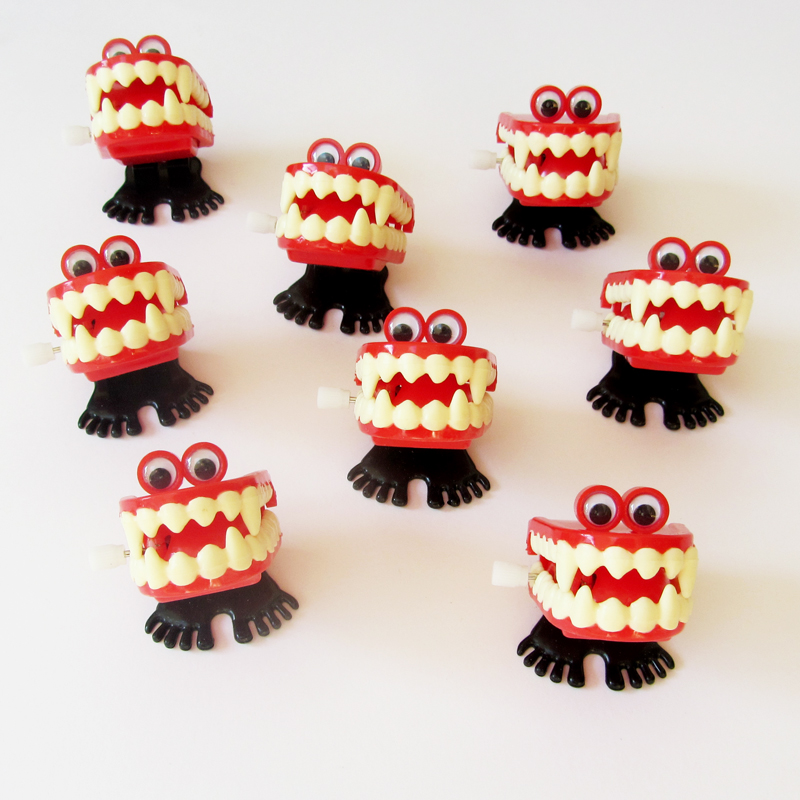 Wind up vampire chattering teeth toy